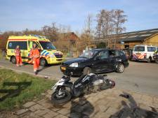 Motorrijder zwaargewond bij aanrijding voor Boerderij 't Geertje