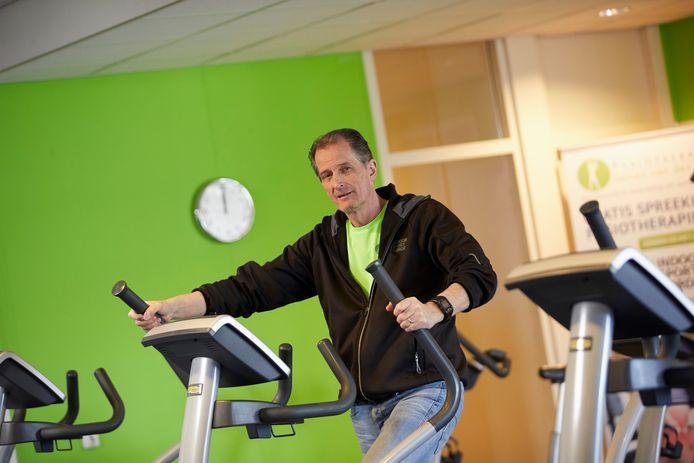 Sportschoolhouder Jaap Hesselink wil het kabinet met de neus op de feiten drukken. ,,De vitaliteit van mensen staat zwaar onder druk sinds sportscholen in december weer dicht moesten.''