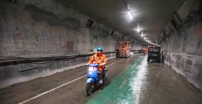 Wielrenners nemen het tegen elkaar op in gerenoveerde Maastunnel