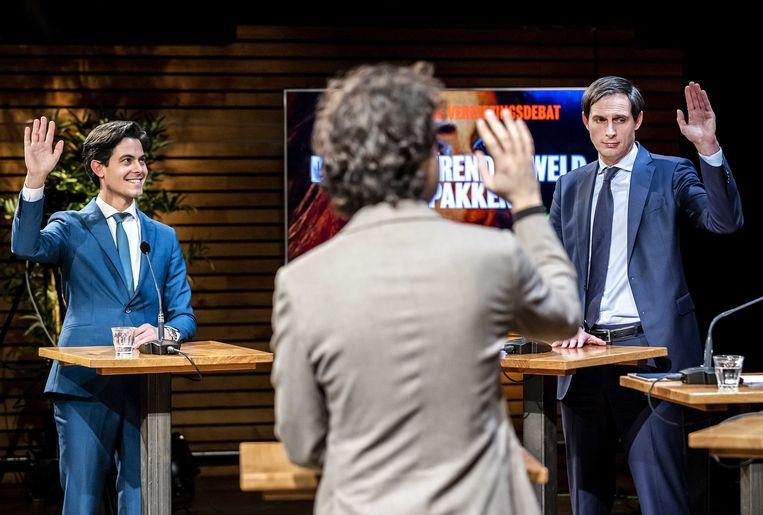 Klaver, Jetten en Hoekstra steken de hand omhoog: niet voor het eerst zijn ze het eens over een van de stellingen.  Beeld ANP, Remko De Waal