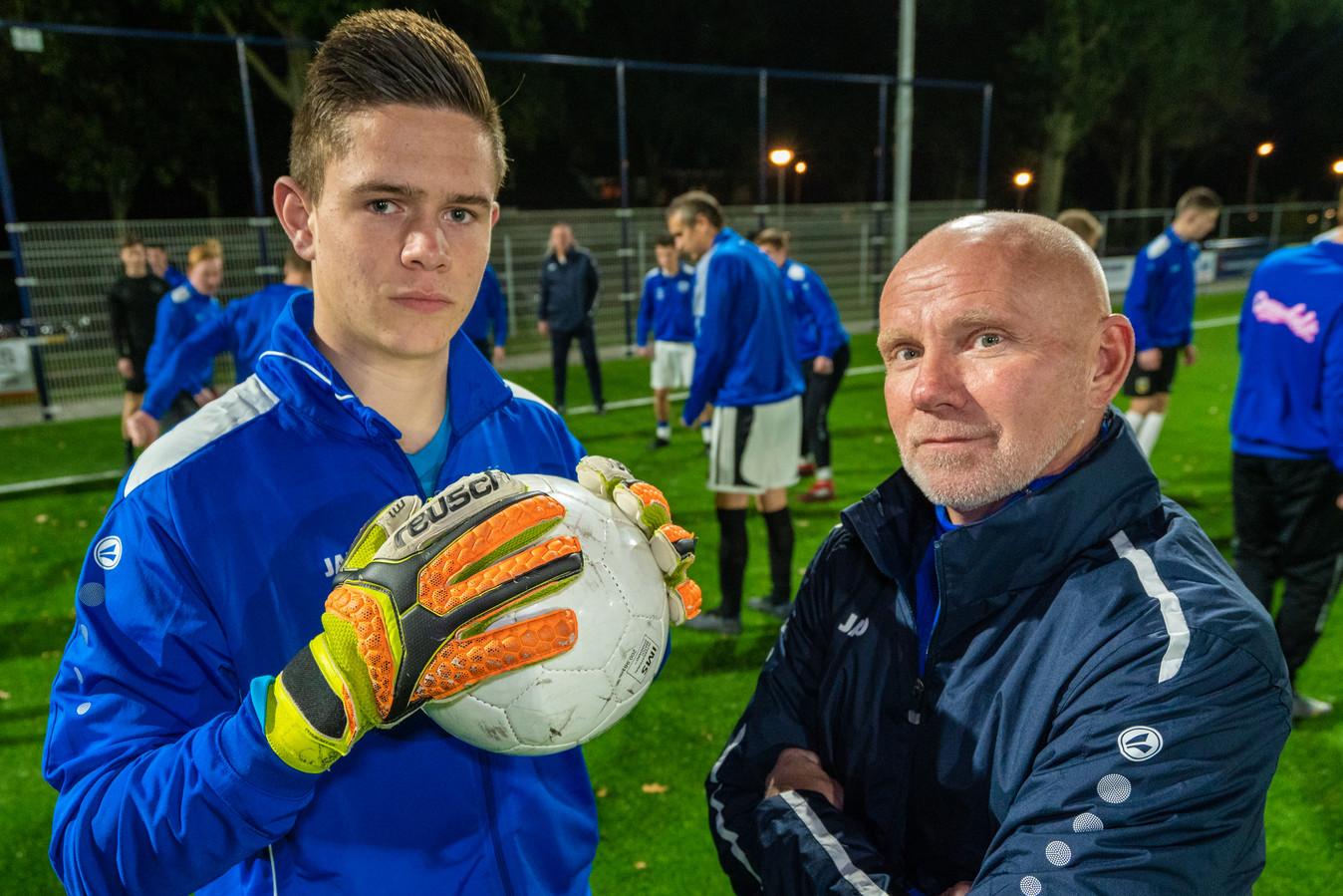 Trainer Bert Willemsen met zijn doelman Timo Deijs bij Sc Valburg.