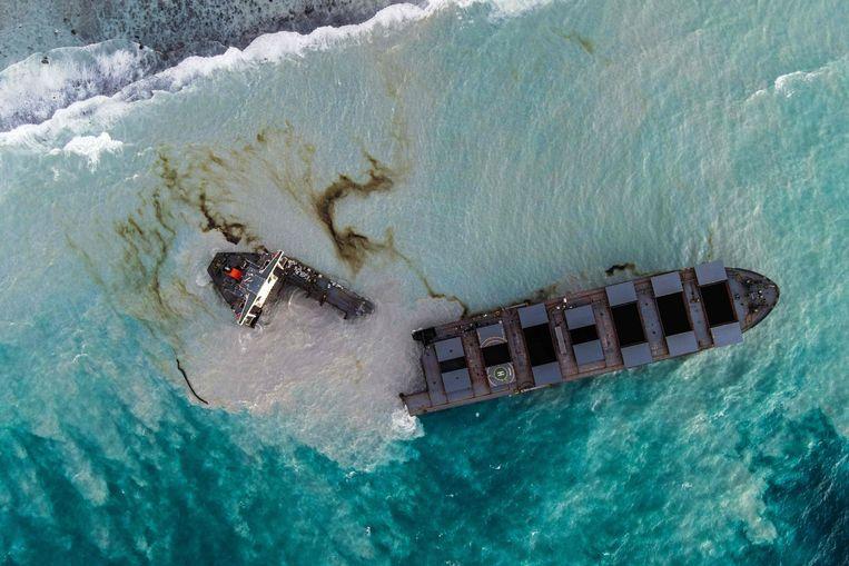 De olietanker MV Wakashio in tweeën gebroken voor de kust van Mauritius. Zo'n duizend ton zware olie lekte afgelopen zomer weg in het kwetsbare koraalrif.  Beeld AFP