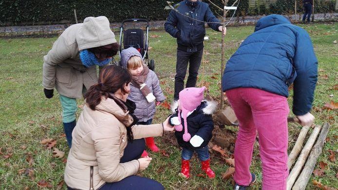 Op zaterdag 7 december worden alle ouders waarvan de kindjes geboren zijn in 2016, 2017 of 2018 (ook sterrenkindjes) uitgenodigd op de Kuurnse plantactie.