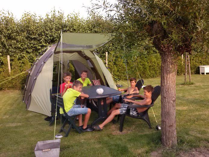 Archieffoto: De familie Koster uit Waarde besloot vakantie te vieren in eigen tuin. AD Rotterdams Dagblad is op zoek naar Rotterdamse thuiskampeerders.