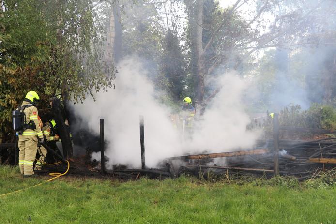 Op de Lage Valkseweg in Lunteren is een stuk bosschage afgebrand.