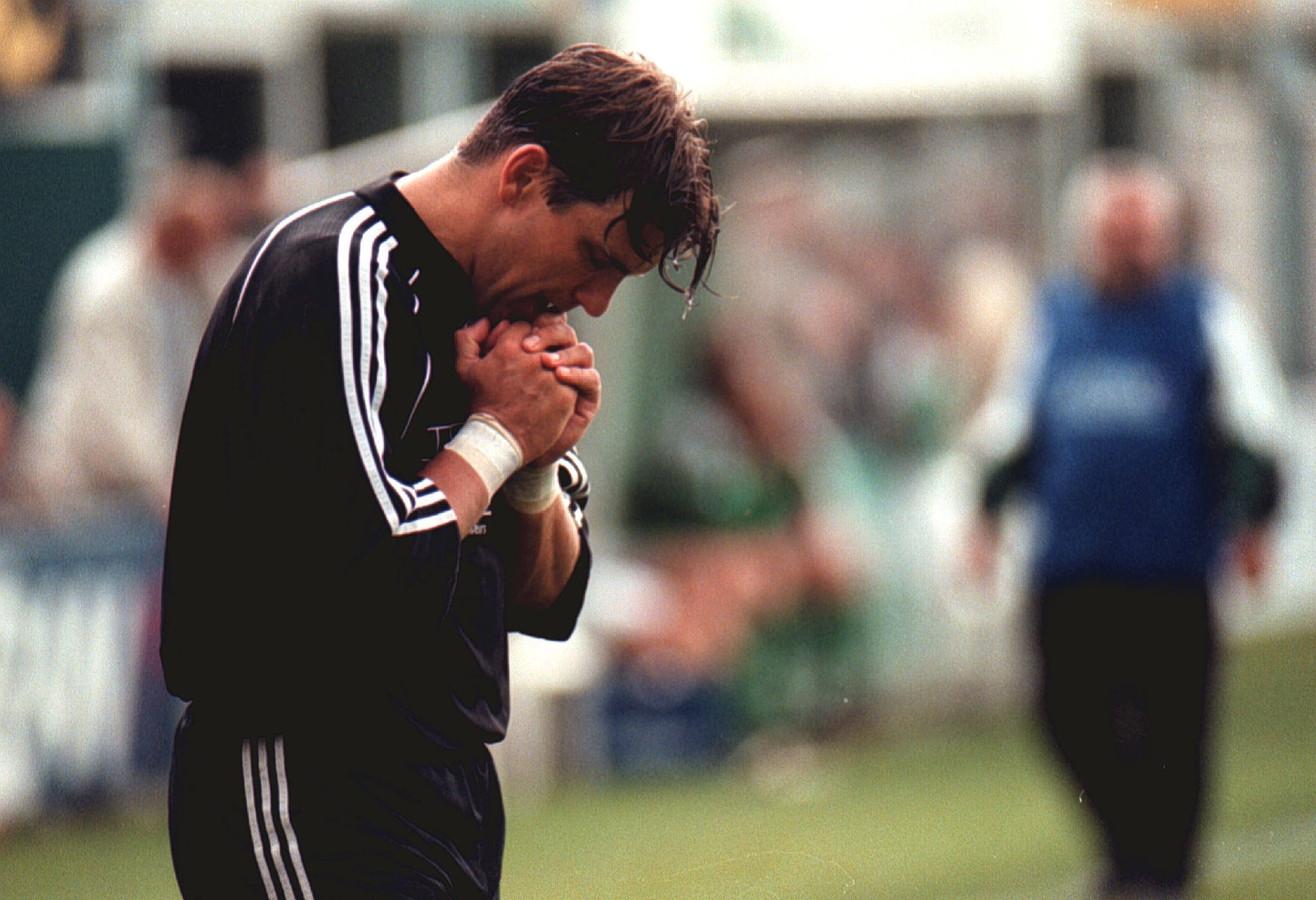 Jaap Pijnenburg bidt voor een goede afloop. Medespeler John Kole kreeg in wedstrijd tegen NAC een hartstilstand. Hij werd met succes gereanimeerd