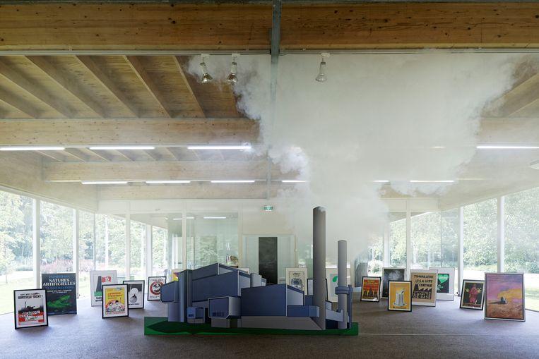 Rook zonder vuur stijgt op uit de installatie Clean Society. Beeld © Thomas Lenden
