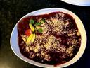 Panna cotta met een saus van rood fruit.