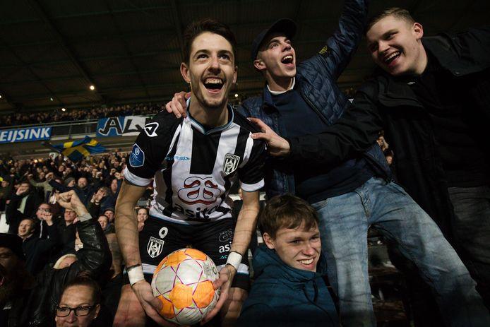Adrián Dalmau gaat uit zijn dak met de supporters van Heracles Almelo.