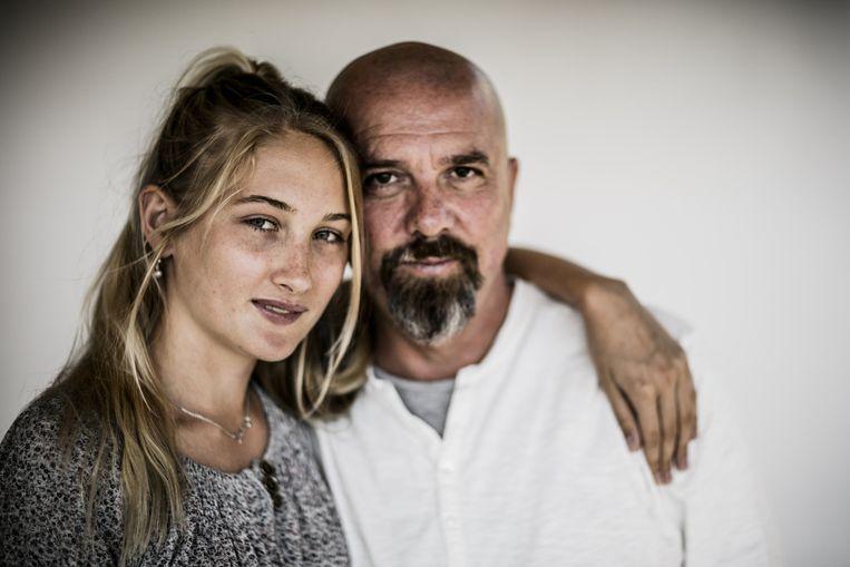 Grootaers en zijn dochter Julia (18). Zij was 11 toen ze zonder een woord Spaans in het klasje van Alcaucin werd gedropt. Beeld © Diego Franssens