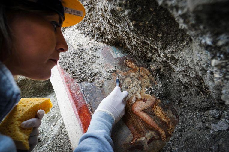 Een archeoloog aan het werk in Pompeï.