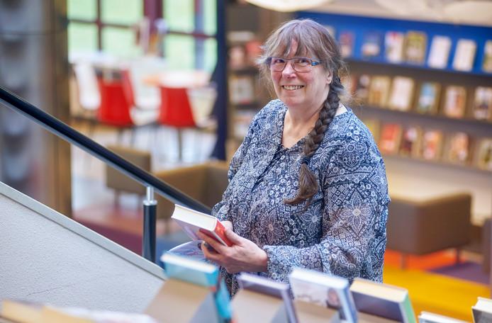 Rianne Vermeulen in de Osse bibliotheek.