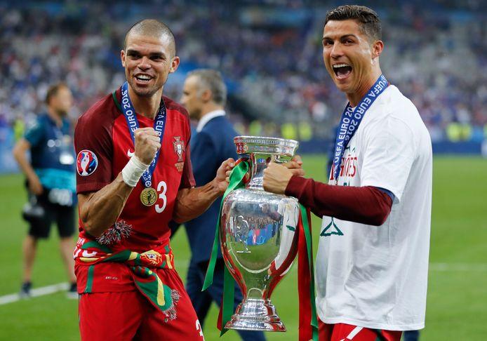 Pepe en Ronaldo wonnen in 2016 het EK met Portugal.