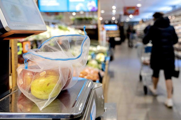 Duurzame verszakjes op een groente- en fruitafdeling van een Albert Heijn. Albert Heijn stopt met de plastic zakjes bij groente en fruit. Dat bespaart 130 miljoen zakjes, 243.000 kilo plastic, per jaar.