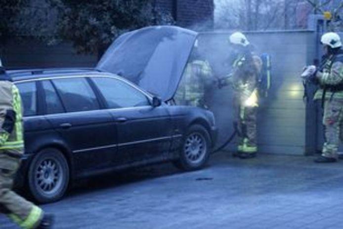 De brandweer bluste verder onder de motorkap van de BMW in Meulebeke.