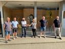 Uit handen van schepen Machteld Ledegen ontvingen enkele bestuursleden van Peer Stoet de sleutel van het nieuwe magazijn in de Molenstraat