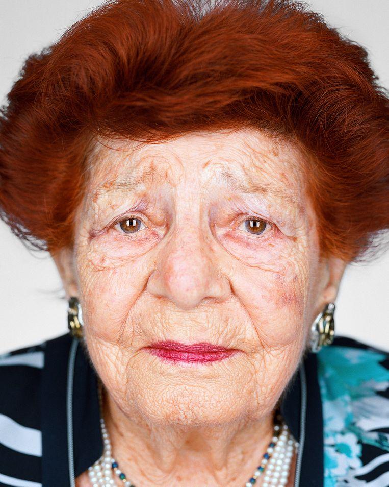 Esther Meron (geboren 1929, Celldömölk, Hongarije). Tijdens de Holocaust in concentratiekamp Mauthausen en concentratie- en vernietigingskamp Auschwitz-Birkenau. 'Mijn missie in het leven is om de volgende generaties te leren onze tradities voort te zetten en bij te dragen aan de opbouw van een betere samenleving en een betere wereld. Ik spreek ook in naam van de slachtoffers van de Holocaust, van mijn familie die in Auschwitz is vermoord.' Beeld Martin Schoeller