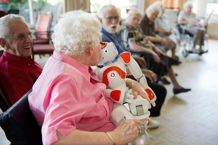 Vught, 6 juni. In Huize Elisabeth werd Zora, de eerste zorgrobot in een verzorgingstehuis, warm verwelkomd door mevrouw Van Dun. Zora kan praten, dansen en kruipt bij mensen op schoot.