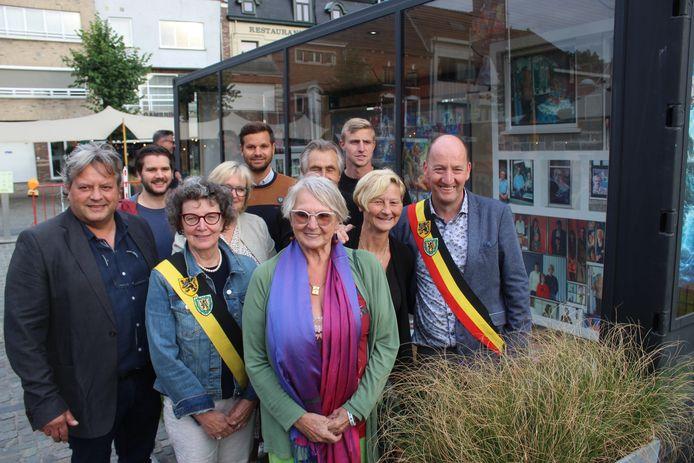 De familie van Patrick Ysebaert en een deel van het stadsbestuur, bij de opening van de tentoonstelling.