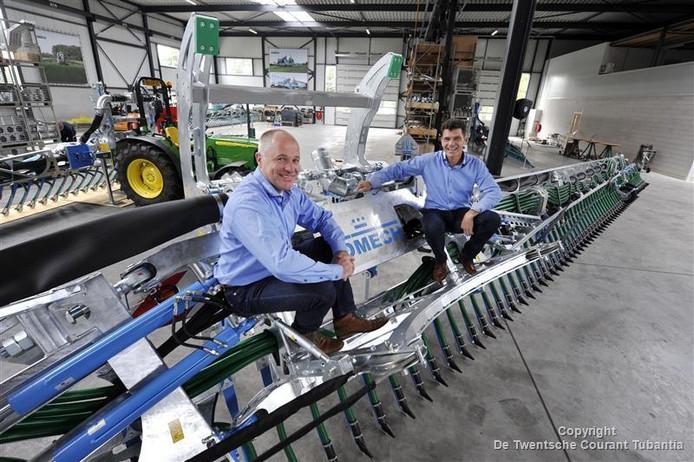 Eigenaren Gerard Schurink en Jan Hoek van Bomech op de grootste bemester ter wereld