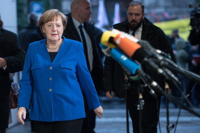 Angela Merkel komt aan op het SPD-hoofdkwartier voor de laatste dag van de onderhandelingen. Beeld Getty Images