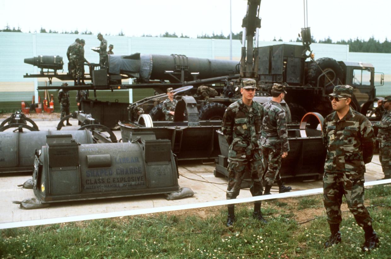 Amerikaanse militairen voor een ballistische Pershing II-raket  in Duitsland.  Beeld Hollandse Hoogte
