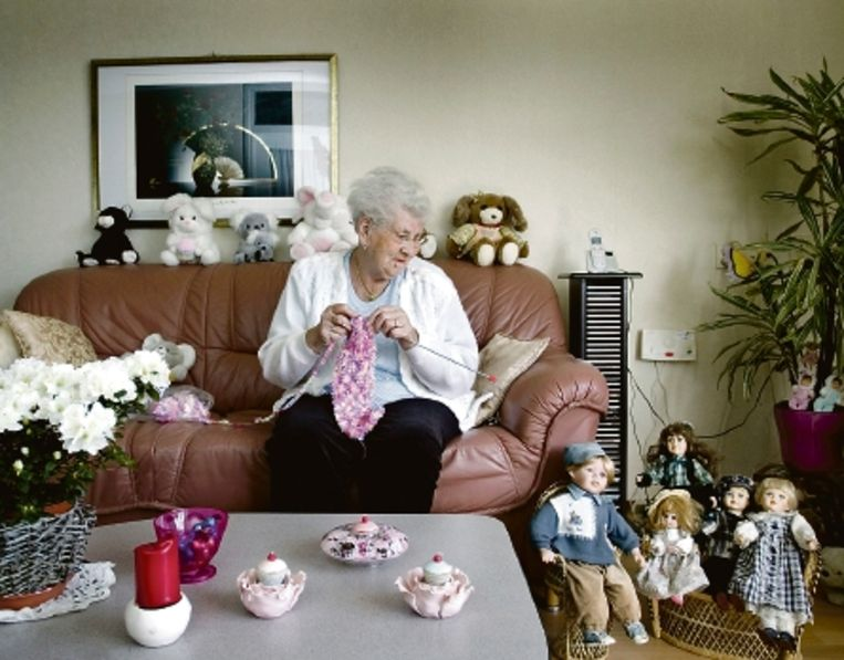 Oma Pot, met een breiwerk op de bank. 'Als 't niet klopt, begin ik opnieuw.' ( FOTO MAARTJE GEELS ) Beeld