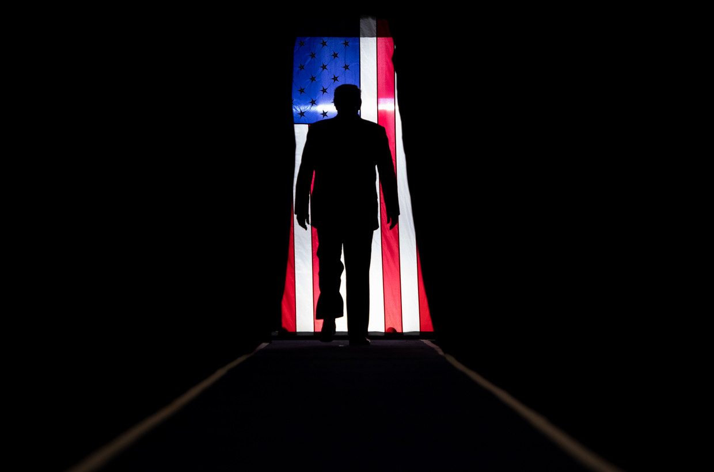 President Donald Trump op weg naar het podium voor een Keep America Great-rally in Louisiana, oktober 2019. Beeld AFP