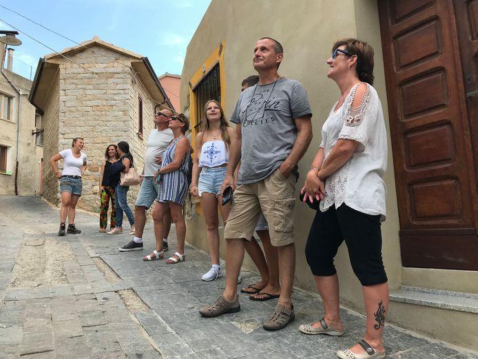 Nederlandse fans van het RTL-programma lopen de tour langs de 1-eurohuizen die het dorp voor ze heeft bedacht.