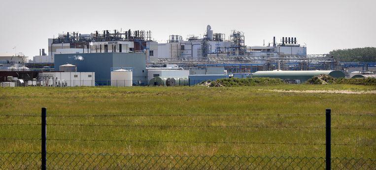 De chemische fabriek 3M, vlak naast het dorpje Zwijndrecht (B) Beeld Marcel van den Bergh