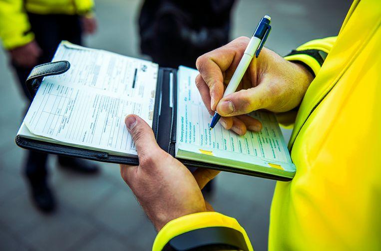 Veiligheid & Service-medewerker van de NS aan het werk op station Den Haag CS. Beeld ANP