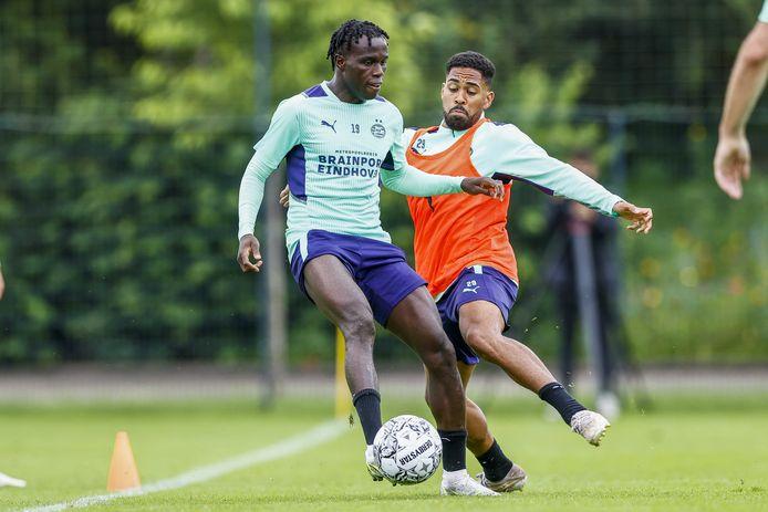 Armindo Bruma in duel met Phillipp Mwene bij PSV.