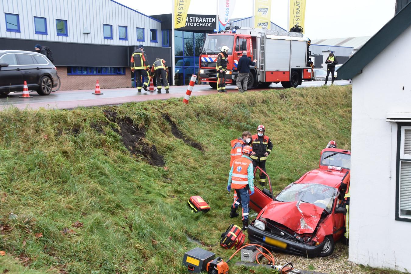 De auto kwam tot stilstand tegen een woning in Gouderak.