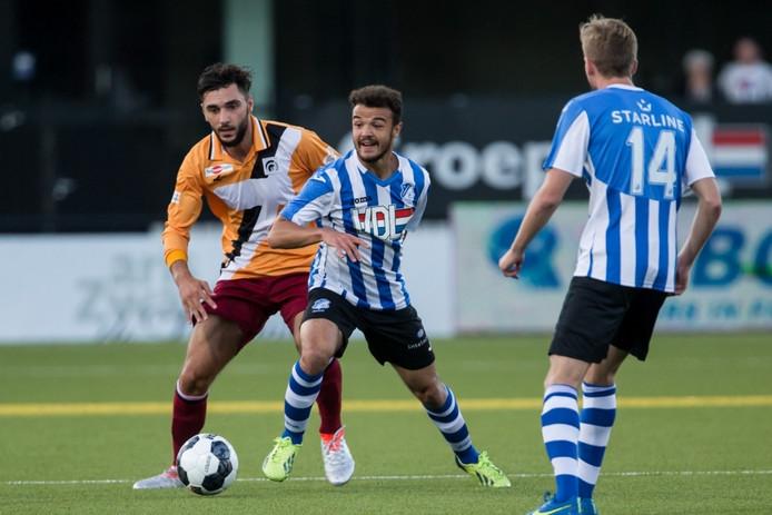 Kyle de Silva (FC Eindhoven) laat Kursad Surmeli zijn hielen zijn.