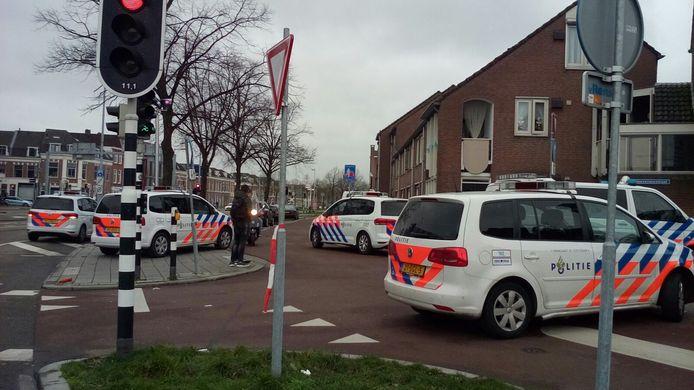 Binnen de kortste keren stond de J.J.A. Goeverneurstraat vol met politieauto's.