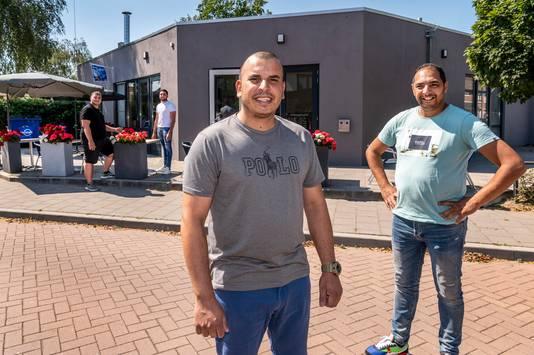 Adil Kanoun  (rechts) en Rachid Kanoun (voor) gaan in Partycentrum Bloemenwijk themadiners houden.