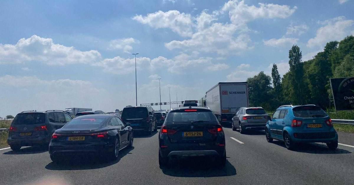 Fikse file na ongeval op A4 naar Den Haag, vertraging meer dan een uur.