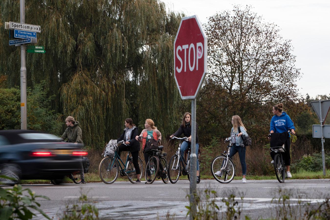 Een oversteek van de N348 bij Gorssel. Voor fietsers tussen Gorssel en Zutphen is het er wachten en nog eens wachten om bij het gevaarlijke kruispunt over te steken.