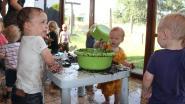Kinderen verkoelen met modder tijdens 'modderdag' bij groepsopvang Lindekindjes