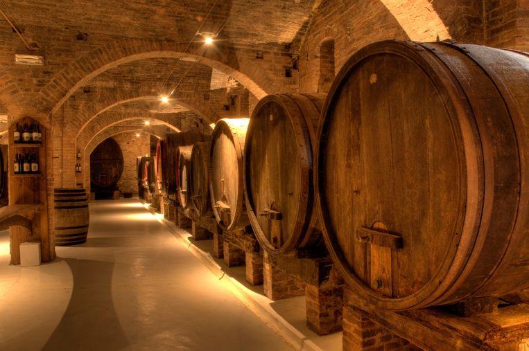 Wijn in eiken vaten klinkt chic en authentiek, maar wat is daar nu echt van aan? Beeld Shutterstock