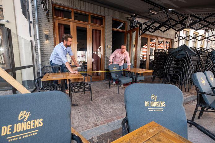 Bas van Stormbroek (links) en Robin Jongbloed runnen restaurant Bij de Jongens in Hattem. Zij maakten gebruik van de eerste NOW-regeling, net als veel collega's in de gemeente.