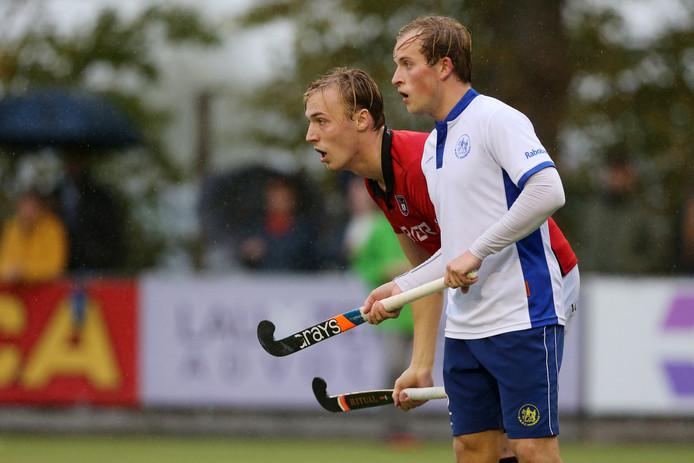 Voordaan-speler Bas van Dedem (R) en Schaerweijde-speler Jur van der Have zijn in het dagelijks leven huisgenoten maar vanmiddag elkaars tegenstander op het hockeyveld.