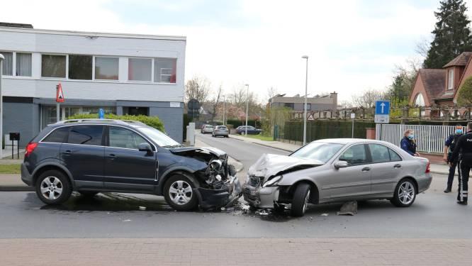Twee gewonden bij frontale aanrijding