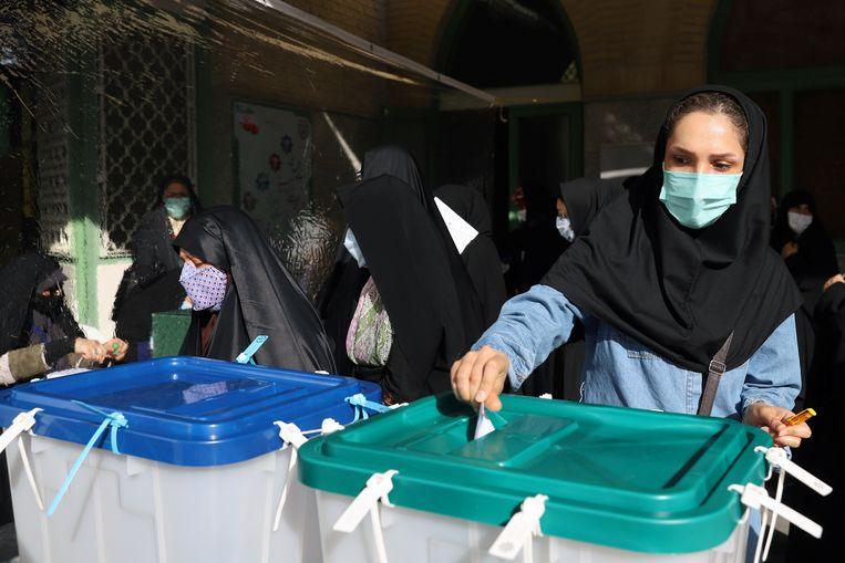 Een Iraanse vrouw brengt haar stem uit.  Beeld VIA REUTERS