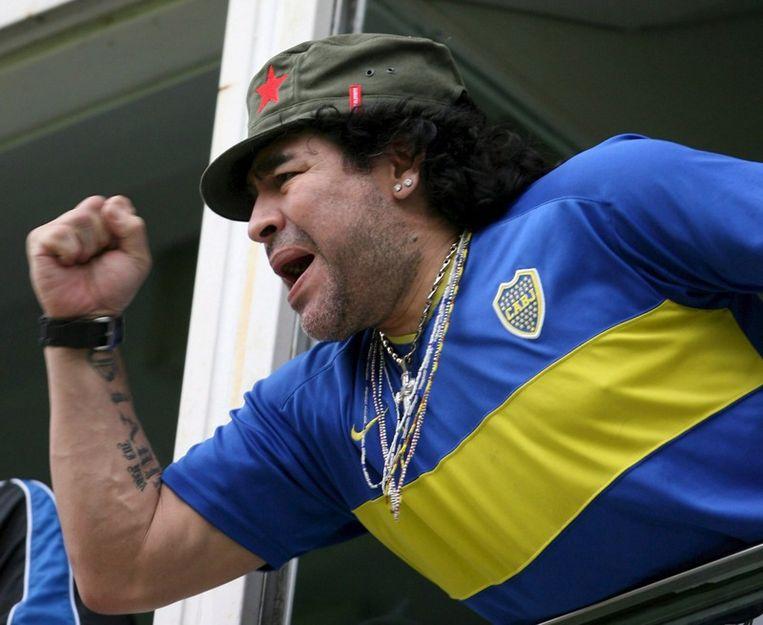 Diego Armando Maradona bekijkt vanaf de tribune de wedstrijd Boca  Juniors - Colon de Santa Fe in het 'La Bombonera Stadium', in Buenos  Aires op 26 November 2006. Beeld null