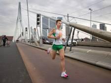 AD-verslaggever Pim Bijl slaagt in Rotterdam in bizarre missie: 2.28,12