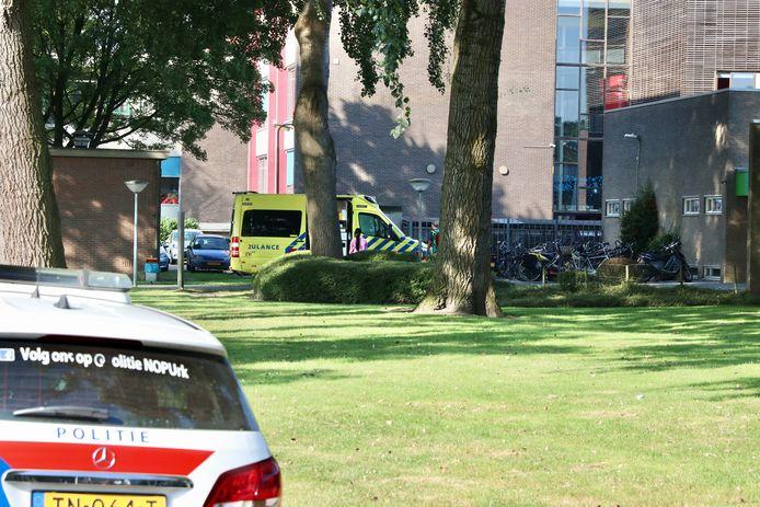 Een leerling stapte na de melding van een steekincident in een toegesnelde ambulance.