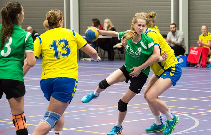 Archieffoto: handbalsters van Groesbeeks Glorie (groen) in actie in sporthal Heuvelland. Zij vrezen hun kantine kwijt te raken, nu de huidige uitbaters stoppen.