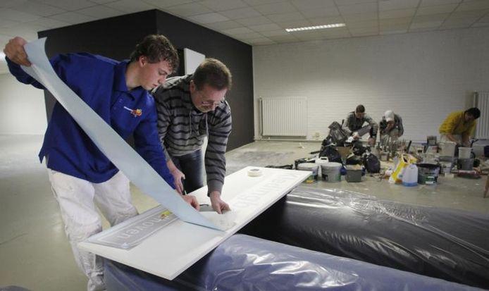 Leerlingen van de schilderopleiding uit Nuenen knappen momenteel het nieuwe pand van de Kledingbank op, onder professionele begeleiding. foto Irene Wouters