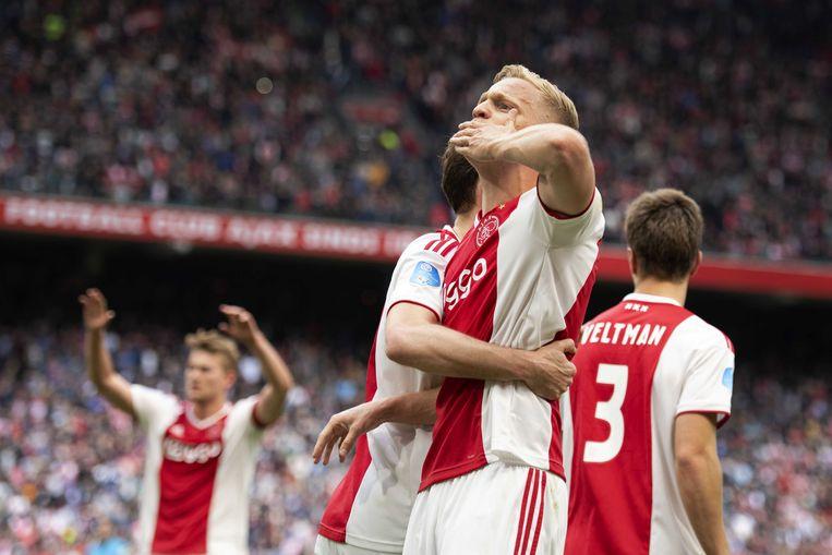Donny van de Beek van Ajax maakte even voor de pauze de bevrijdende 2-1 voor de Ajacieden.